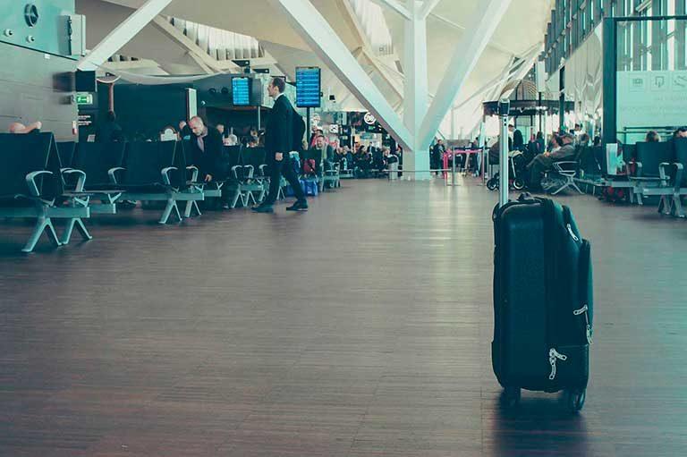 Maleta de viaje en aeropuerto